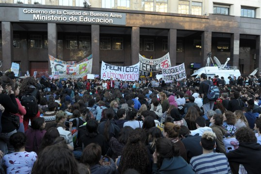 estudiantes-marcha-parabuenosaires-com