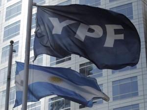 Bandera-de-YPF-y-Bandera-Argentina-parabuenosaires