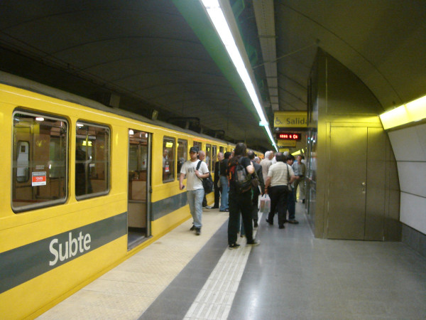 Buenos_Aires_-_Subte_-_Once_1