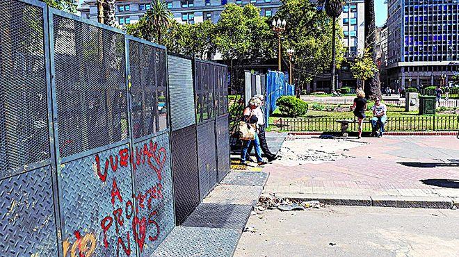 Plaza-Mayo-vandalizada-mantenimiento_IECIMA20150310_0007_7