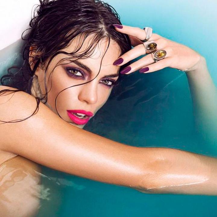 Emilia Attias Y Su Jugado Desnudo Fotos Súper Sexies En Una Bañera