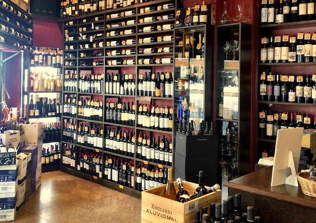 Las antiguas viner as familiares que a n subsisten en la - Fotos de vinotecas ...