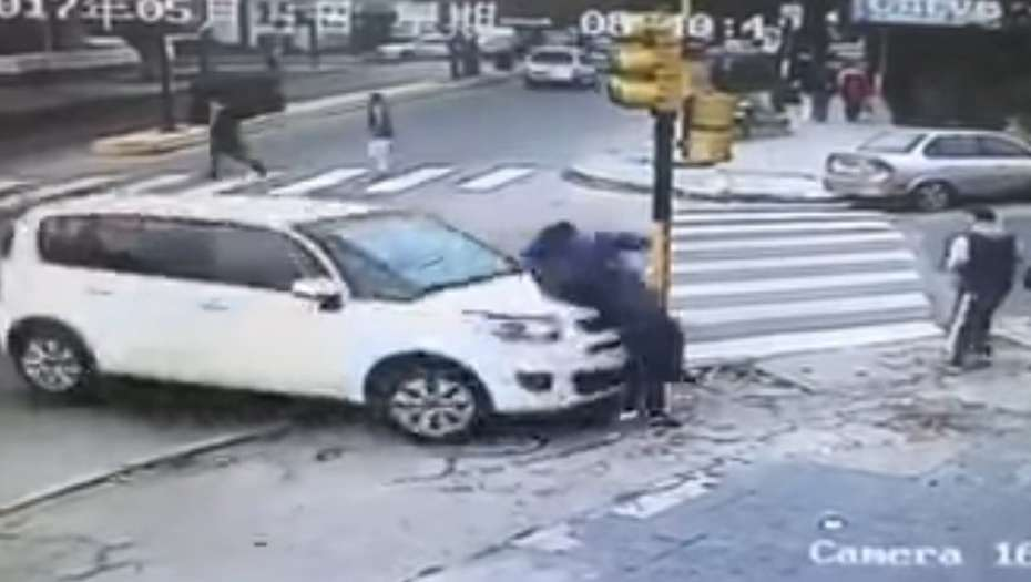 Lo atropelló un auto y se salvó de milagro — Video impactante