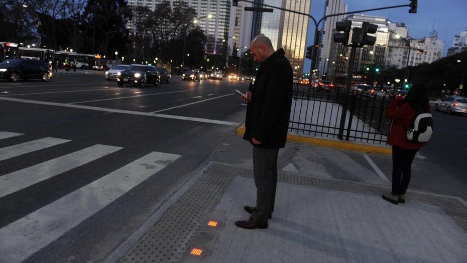 La Legislatura porteña aprobó la implementación de semáforos de piso para peatones