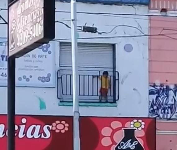 Polémica por un nene encerrado en un balcón en un jardín maternal