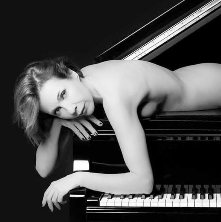 Toquemos el piano en cualquier parte... - Página 4 In%C3%A9s-Est%C3%A9vez-desnuda2